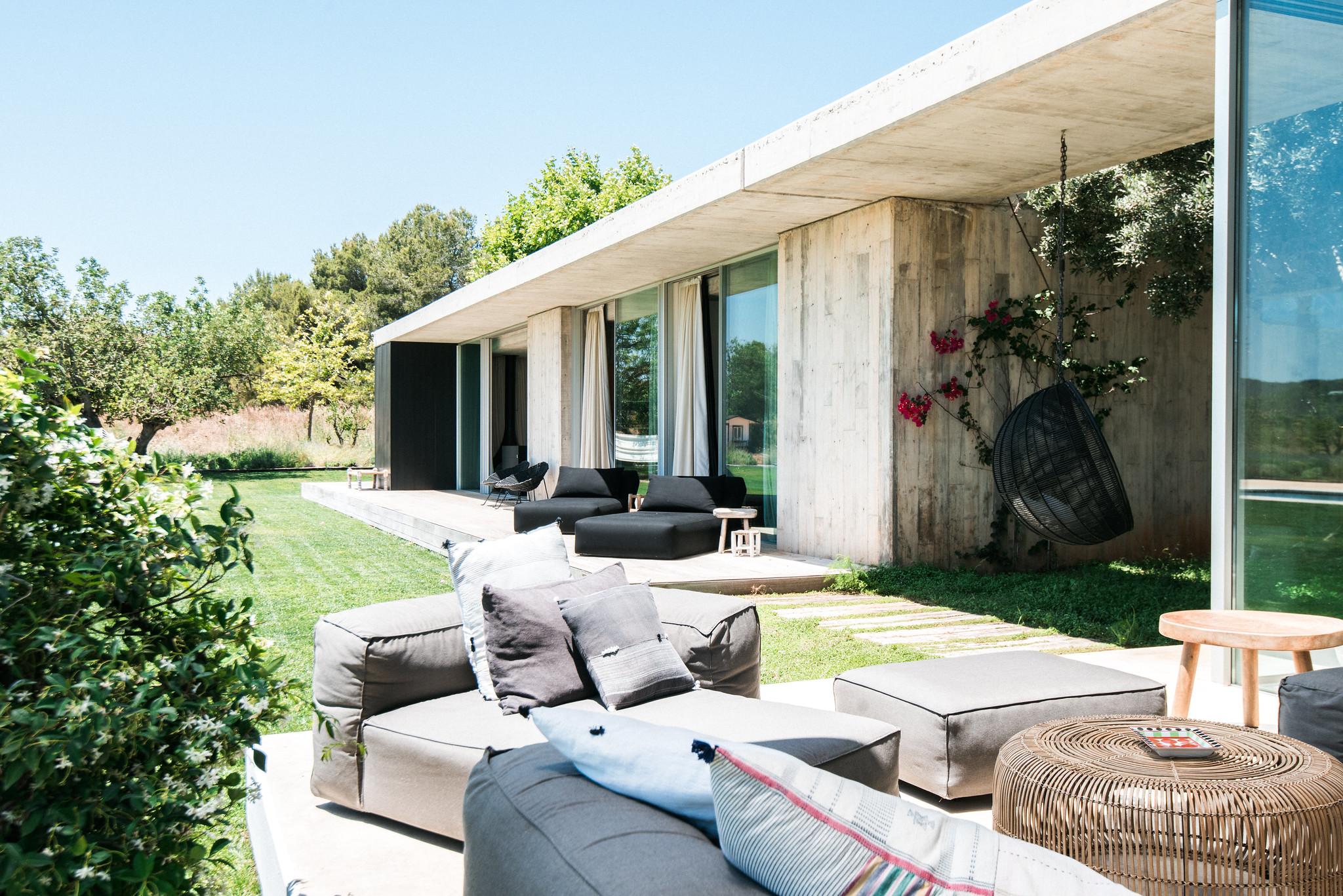 https://www.white-ibiza.com/wp-content/uploads/2020/06/white-ibiza-villas-casa-valentina-exterior-outside-seating.jpg