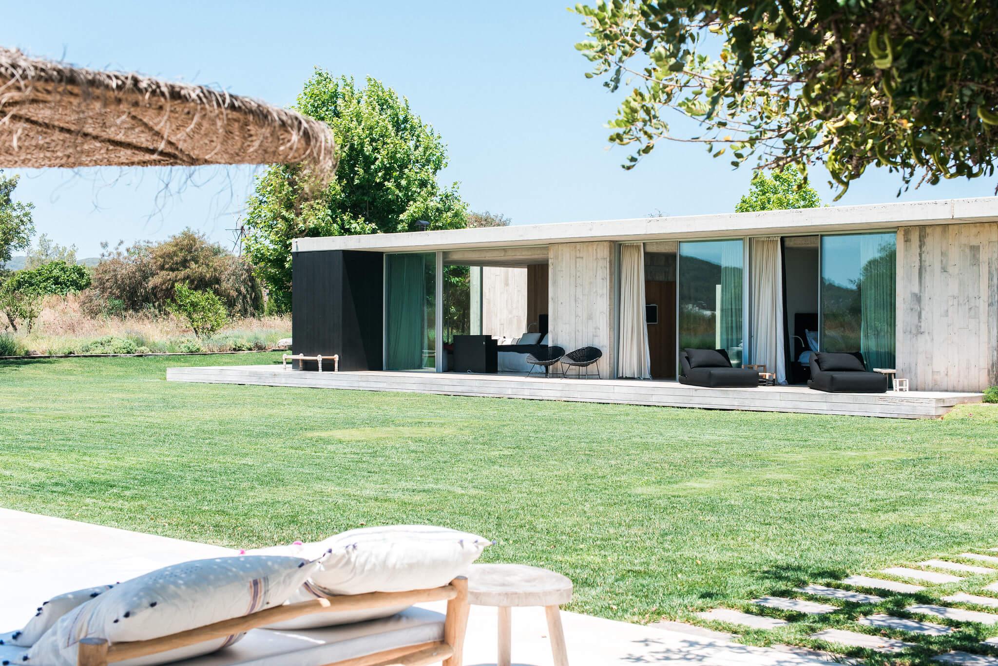 https://www.white-ibiza.com/wp-content/uploads/2020/06/white-ibiza-villas-casa-valentina-exterior-view2.jpg