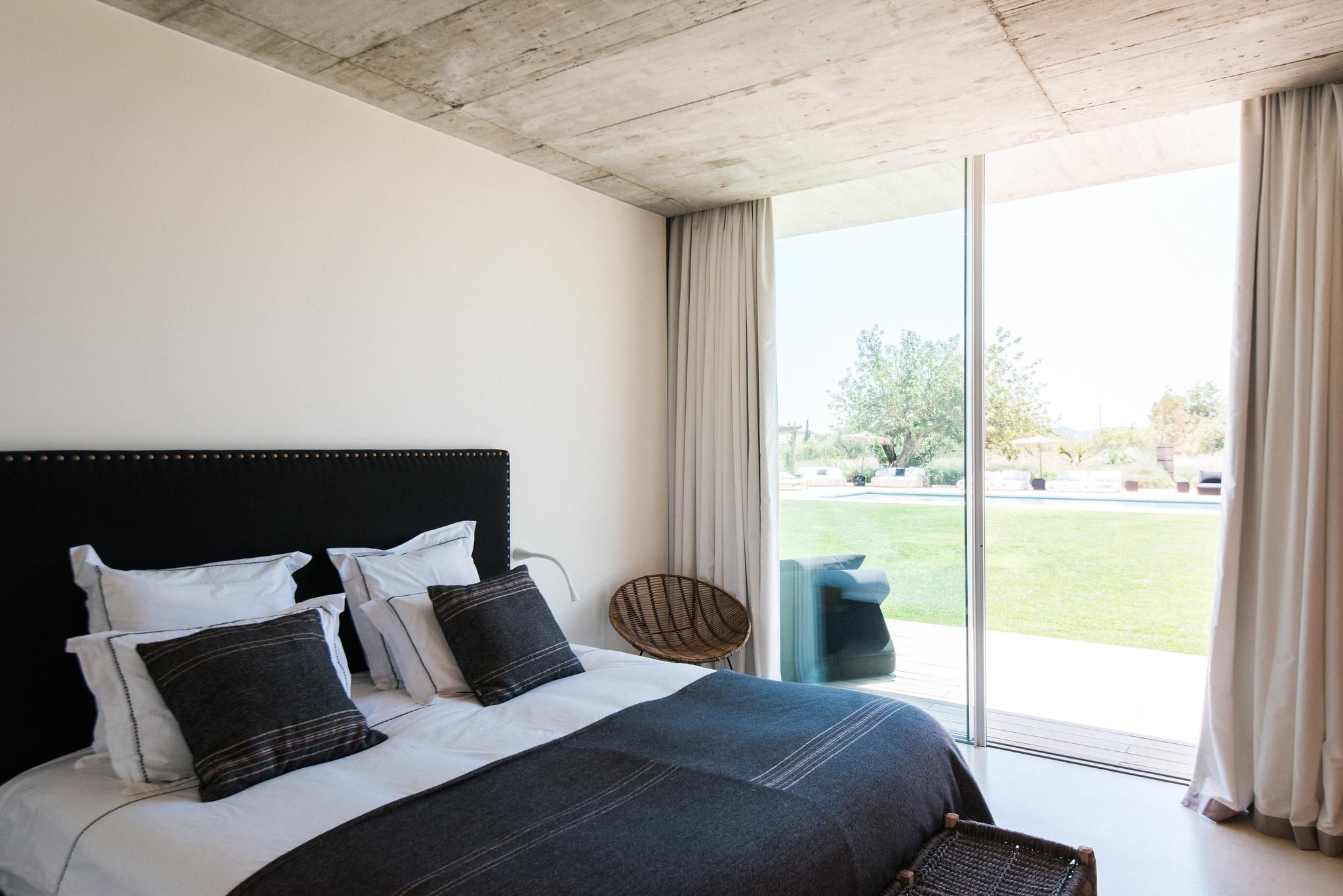 https://www.white-ibiza.com/wp-content/uploads/2020/06/white-ibiza-villas-casa-valentina-interior-bedroom4.jpg