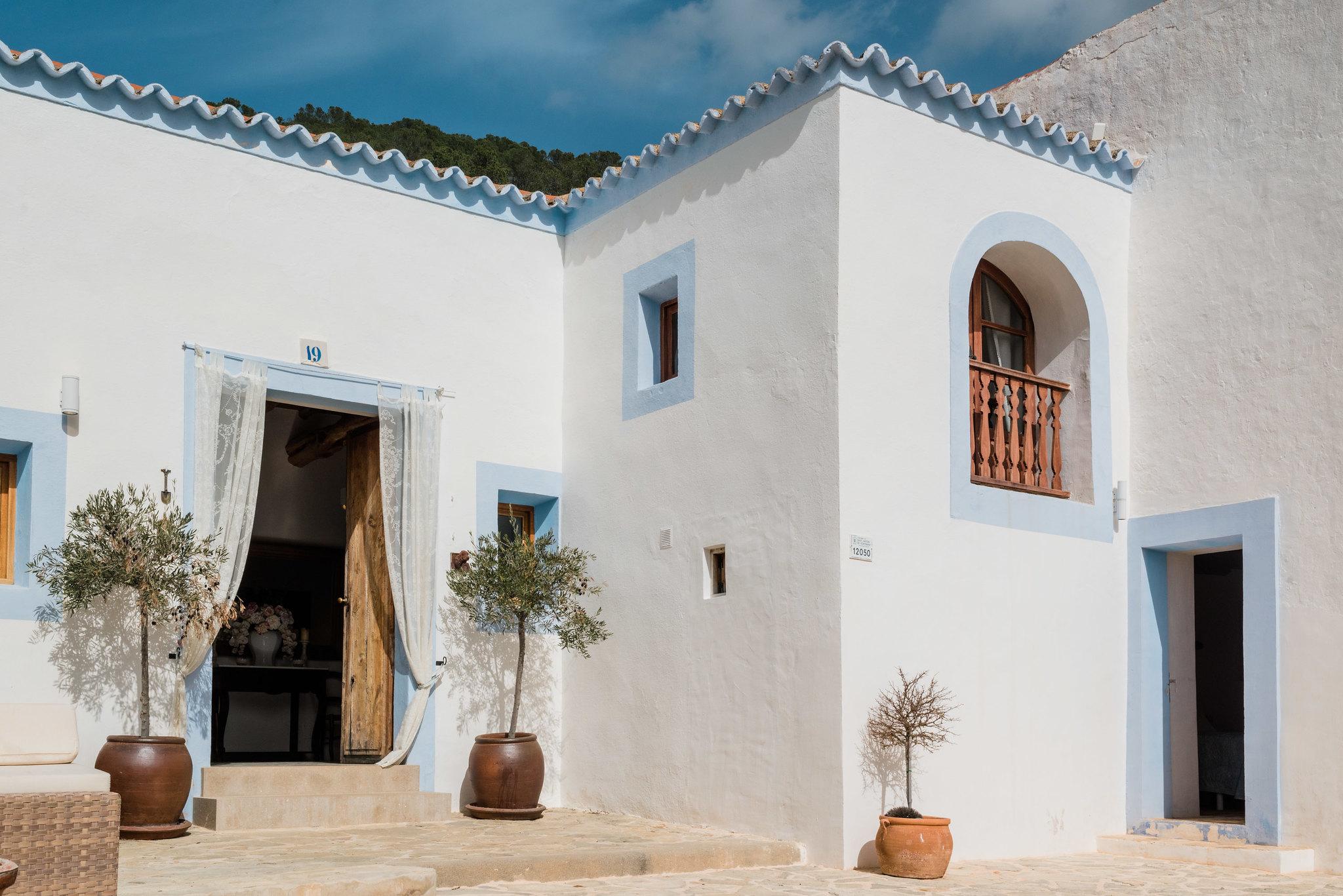 https://www.white-ibiza.com/wp-content/uploads/2020/06/white-ibiza-villas-los-corrales-exterior-blue-facade.jpg