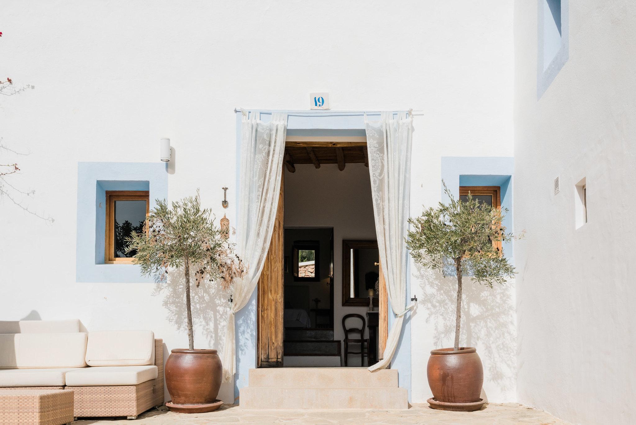 https://www.white-ibiza.com/wp-content/uploads/2020/06/white-ibiza-villas-los-corrales-exterior-entrance.jpg