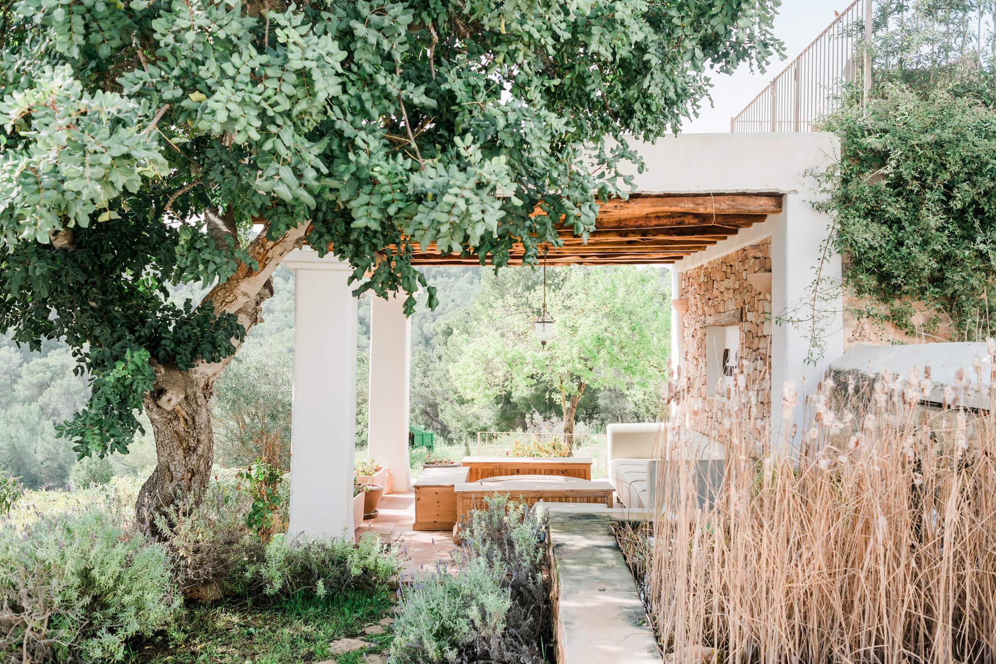 https://www.white-ibiza.com/wp-content/uploads/2020/06/white-ibiza-villas-los-corrales-exterior-path.jpg