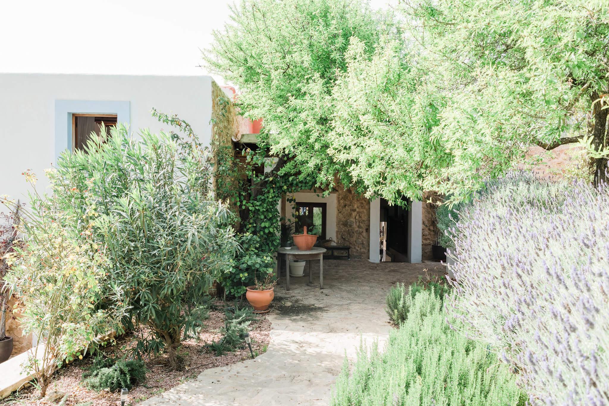 https://www.white-ibiza.com/wp-content/uploads/2020/06/white-ibiza-villas-los-corrales-exterior-path2.jpg