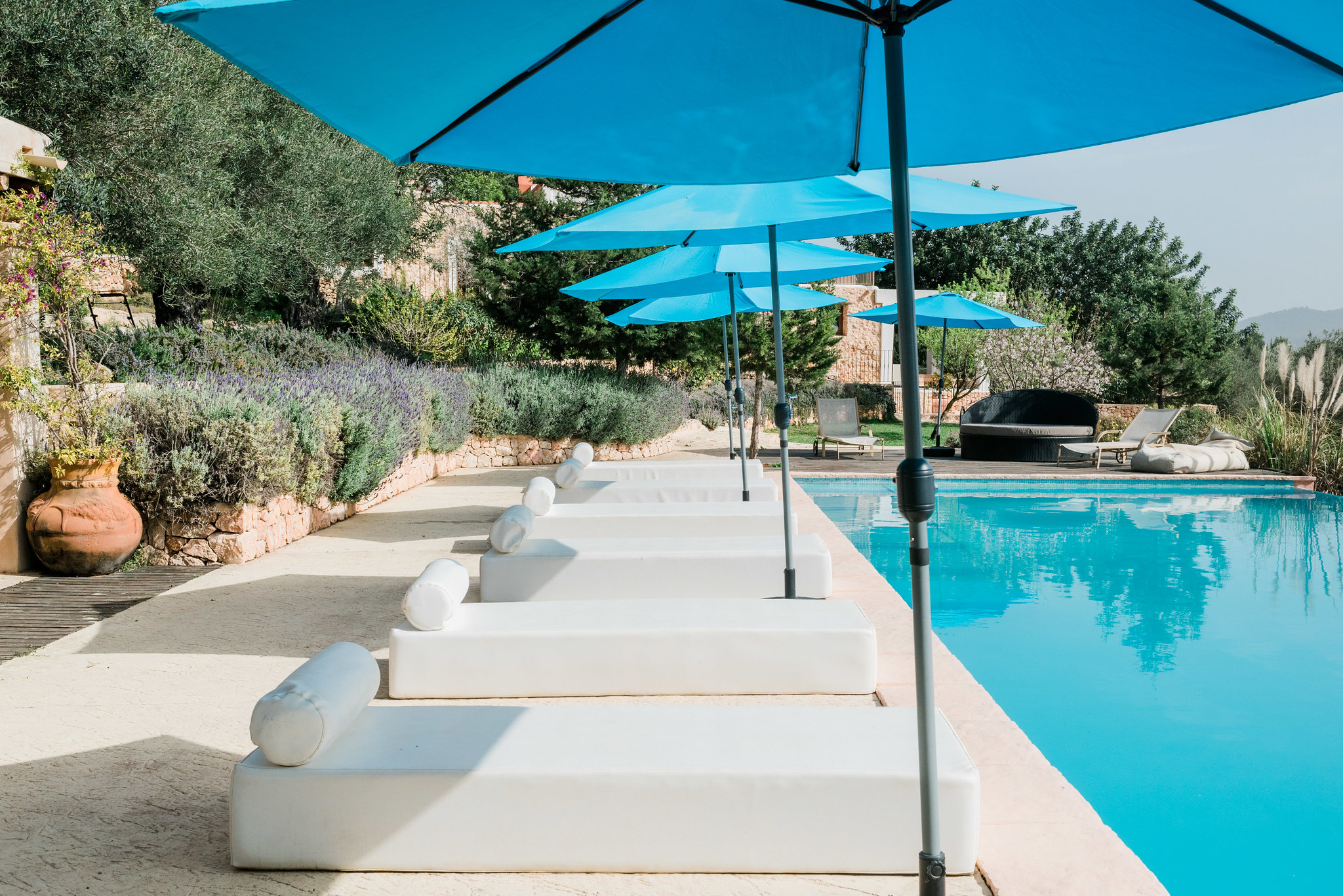 https://www.white-ibiza.com/wp-content/uploads/2020/06/white-ibiza-villas-los-corrales-exterior-pool-sunloungers.jpg