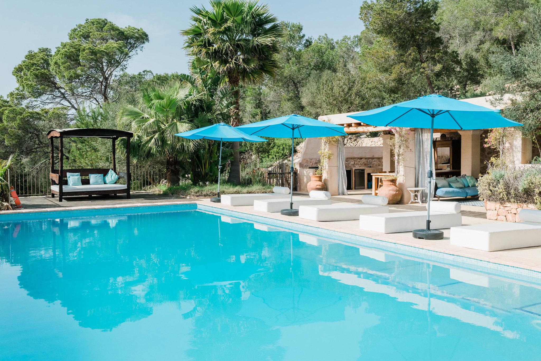 https://www.white-ibiza.com/wp-content/uploads/2020/06/white-ibiza-villas-los-corrales-exterior-pool2.jpg
