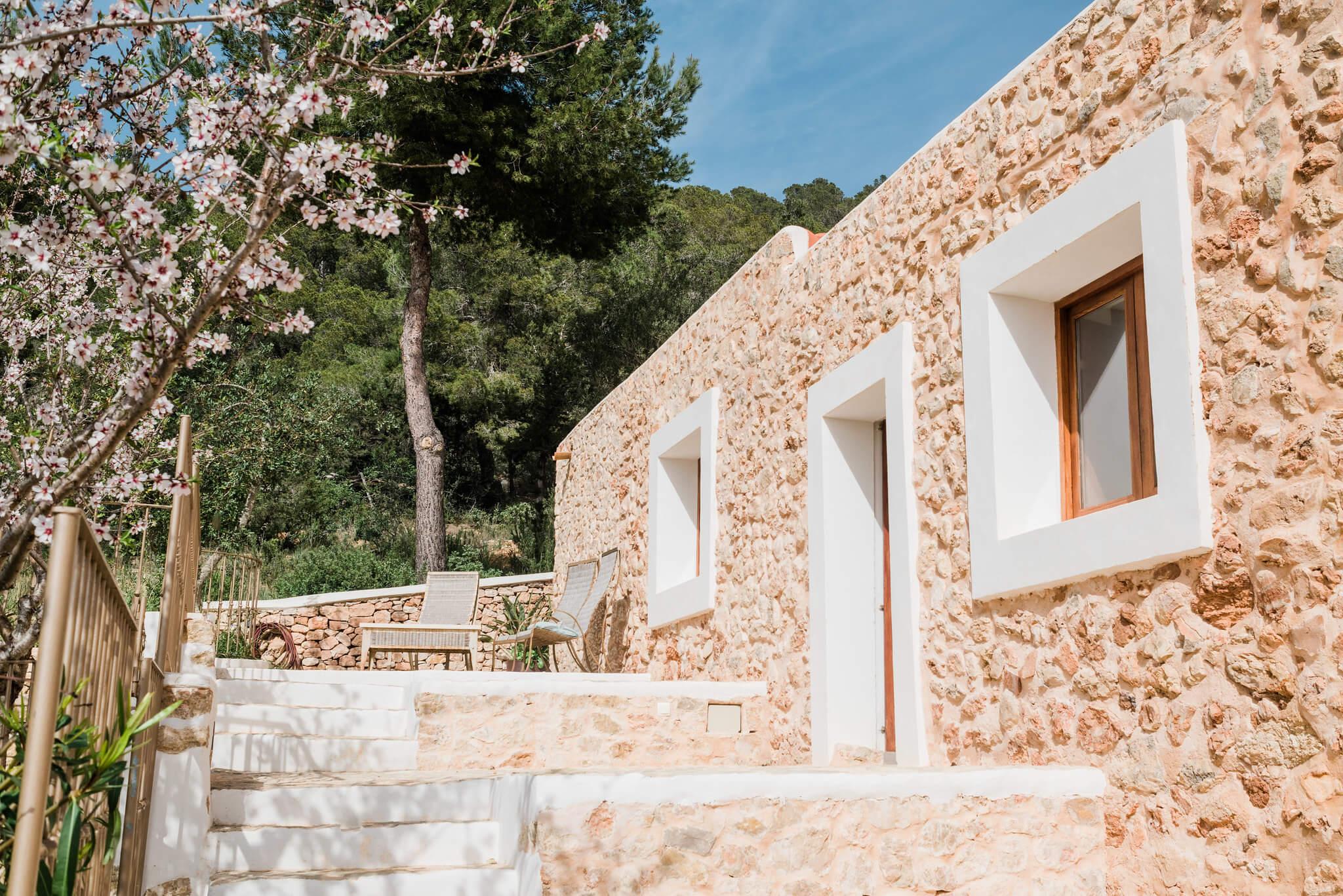 https://www.white-ibiza.com/wp-content/uploads/2020/06/white-ibiza-villas-los-corrales-exterior-steps.jpg