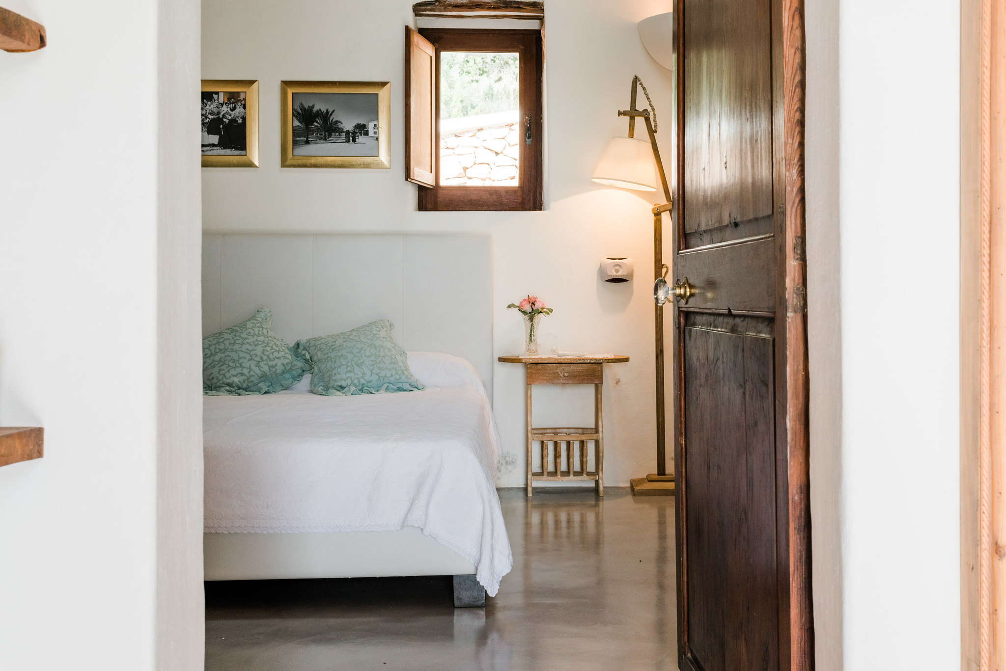 https://www.white-ibiza.com/wp-content/uploads/2020/06/white-ibiza-villas-los-corrales-interior-bedroom3.jpg