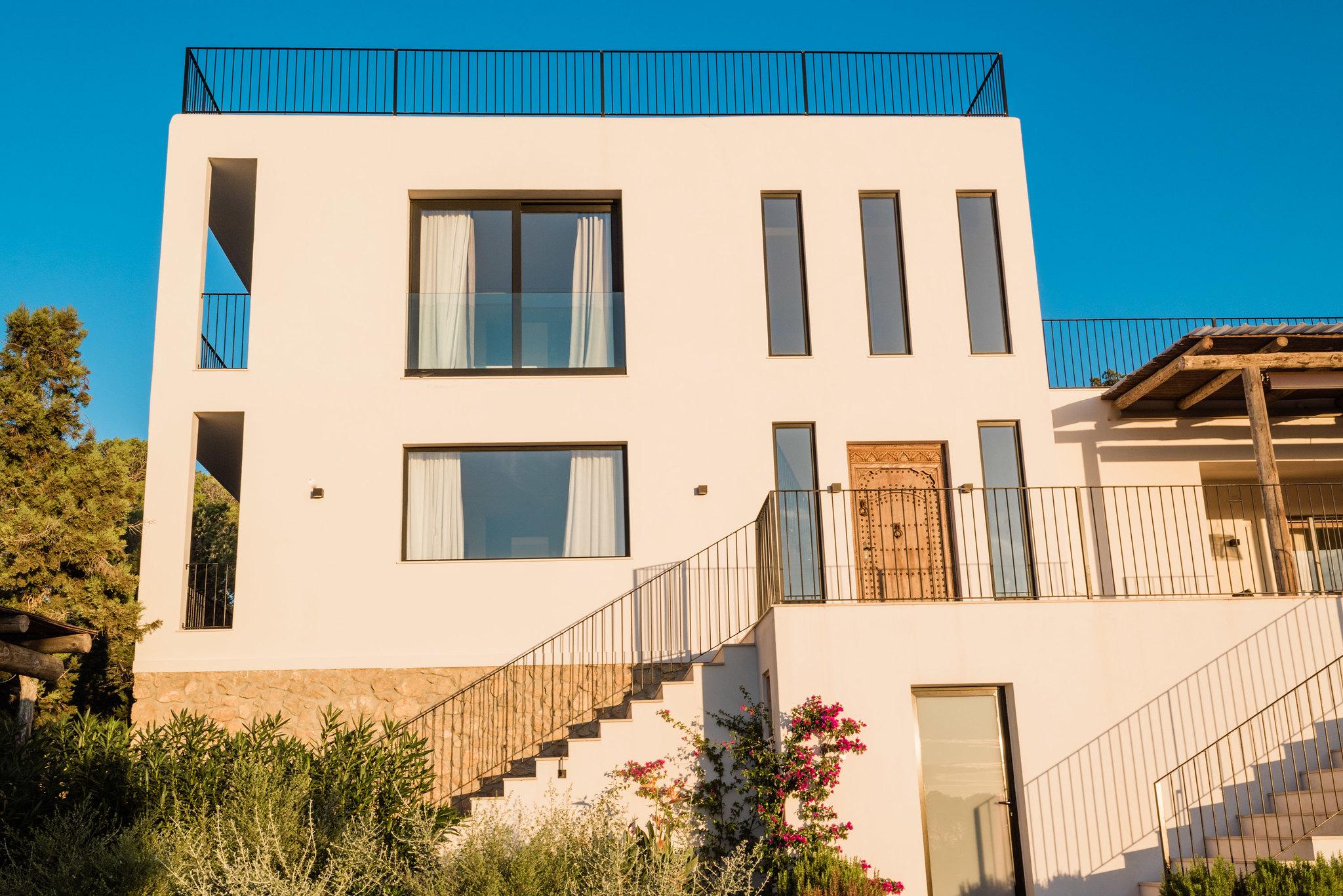 https://www.white-ibiza.com/wp-content/uploads/2020/06/white-ibiza-villas-sa-serra-exterior-facade.jpg