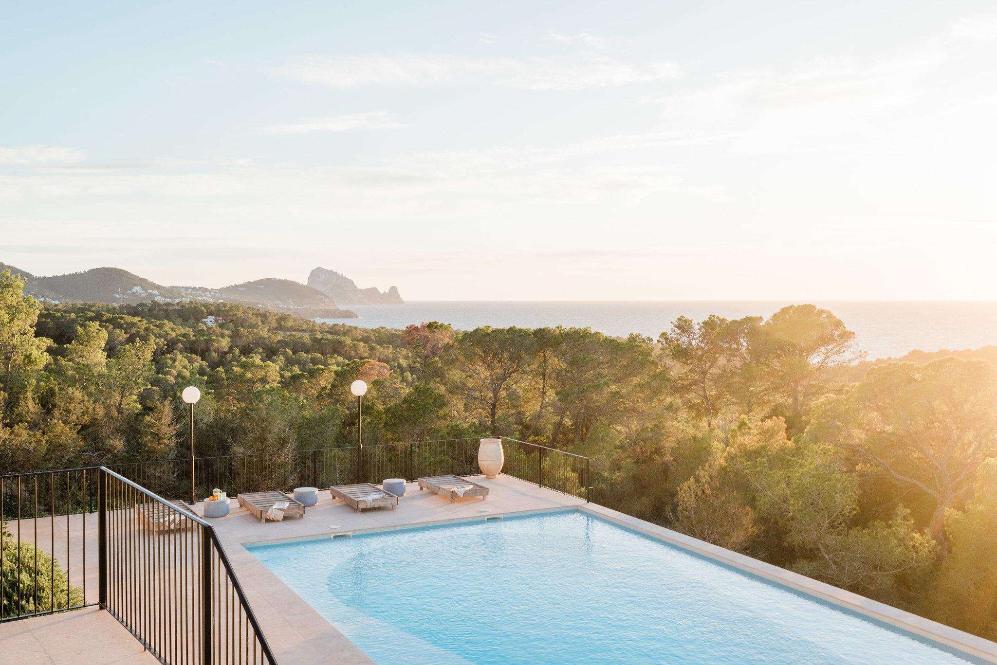https://www.white-ibiza.com/wp-content/uploads/2020/06/white-ibiza-villas-sa-serra-exterior-sunset.jpg