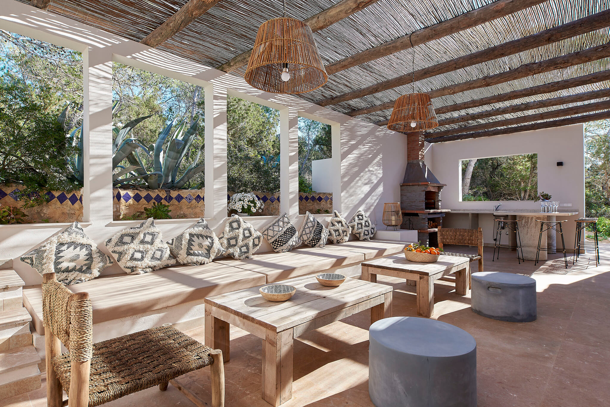 https://www.white-ibiza.com/wp-content/uploads/2020/06/white-ibiza-villas-sa-serra-interior-back-terrace.jpg
