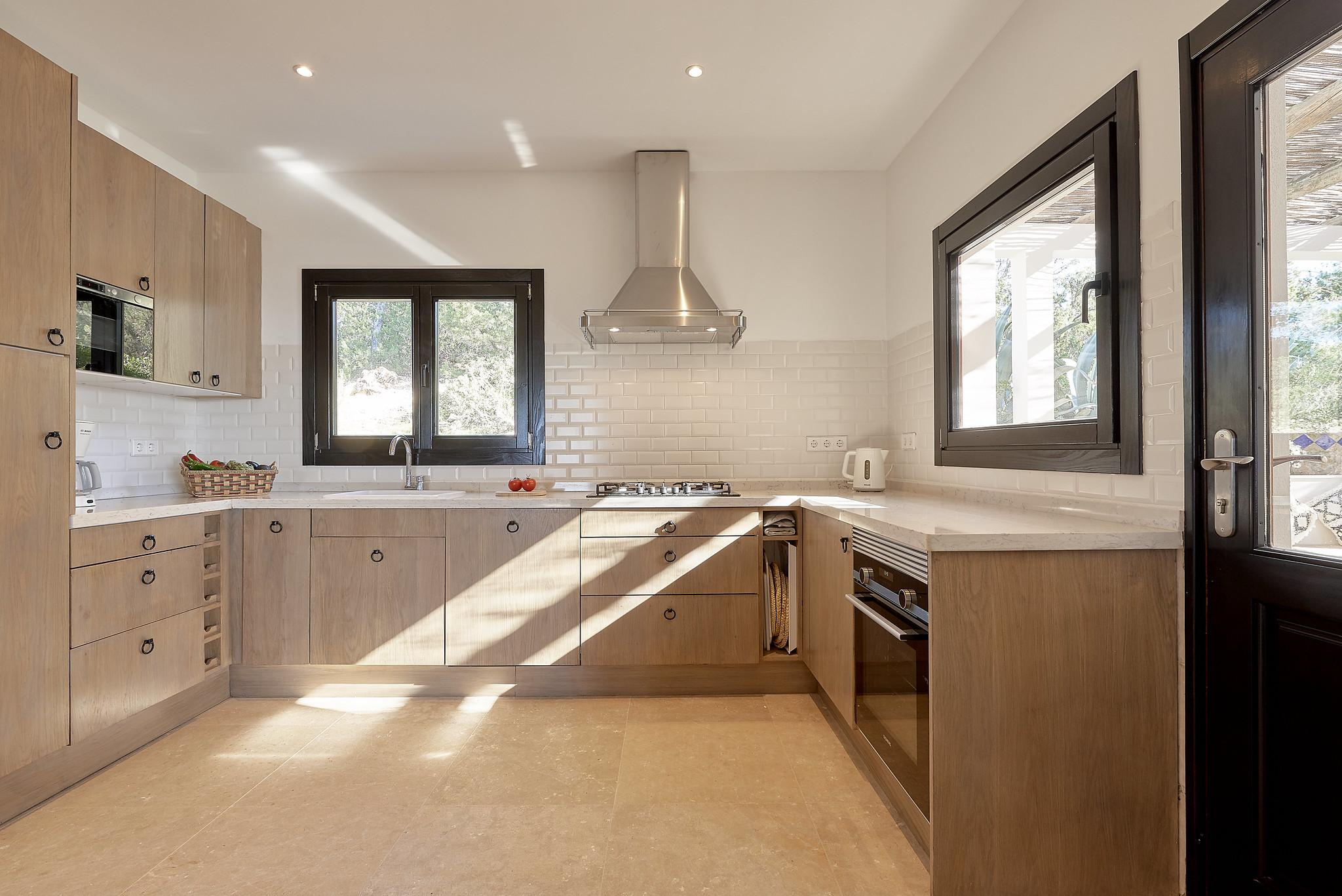 https://www.white-ibiza.com/wp-content/uploads/2020/06/white-ibiza-villas-sa-serra-interior-kitchen.jpg