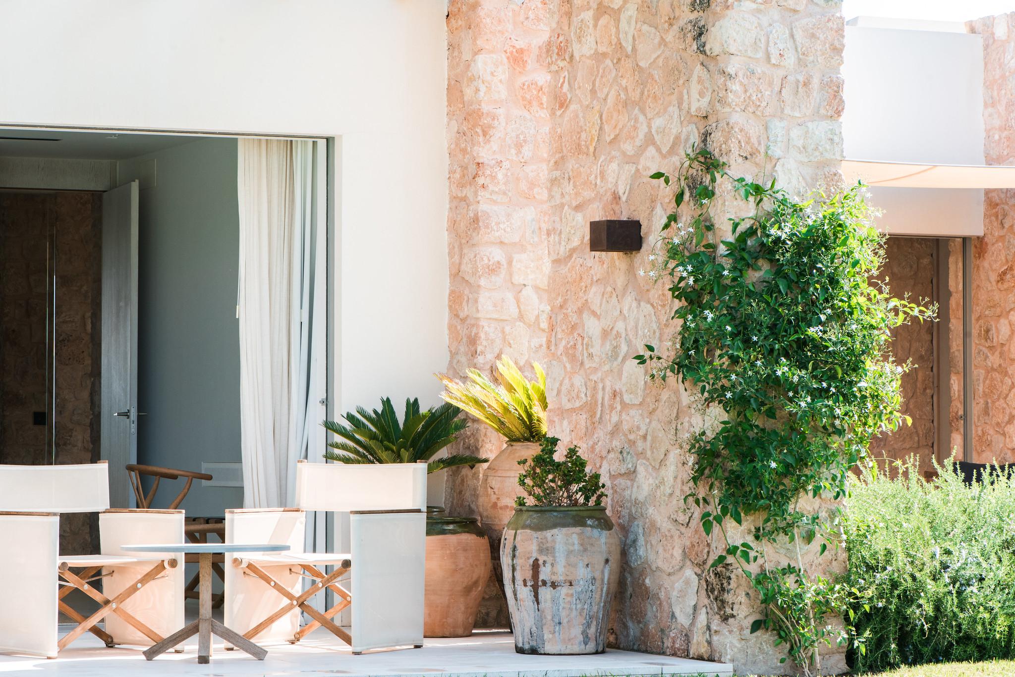 https://www.white-ibiza.com/wp-content/uploads/2020/06/white-ibiza-villas-villa-amber-exterior-plants-1.jpg