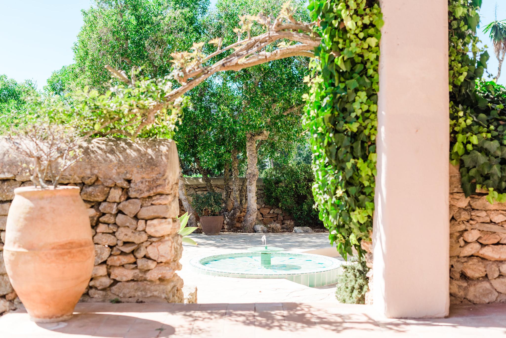 https://www.white-ibiza.com/wp-content/uploads/2020/06/white-ibiza-villas-villa-andrea-exterior-archway.jpg