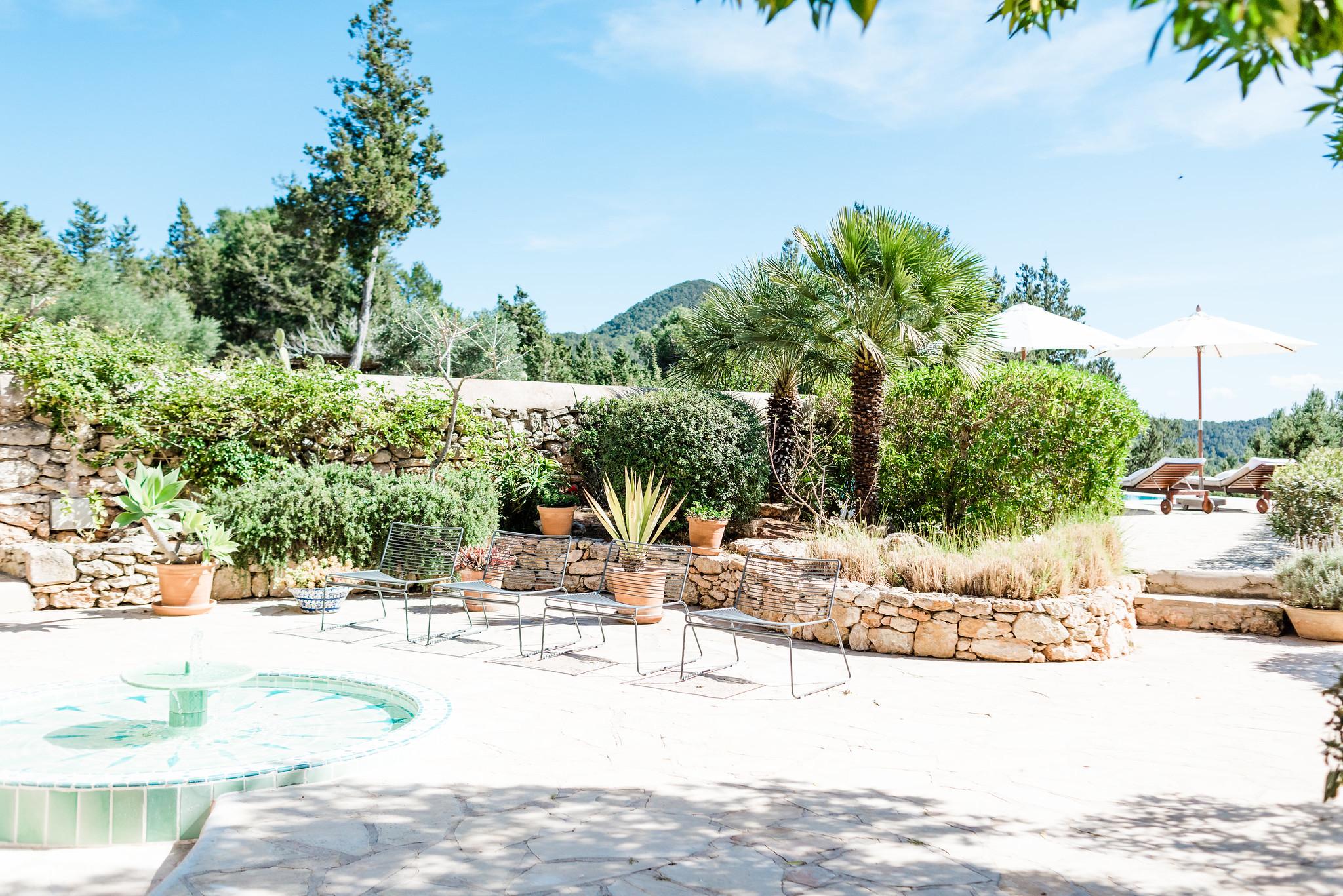 https://www.white-ibiza.com/wp-content/uploads/2020/06/white-ibiza-villas-villa-andrea-exterior-fountain.jpg
