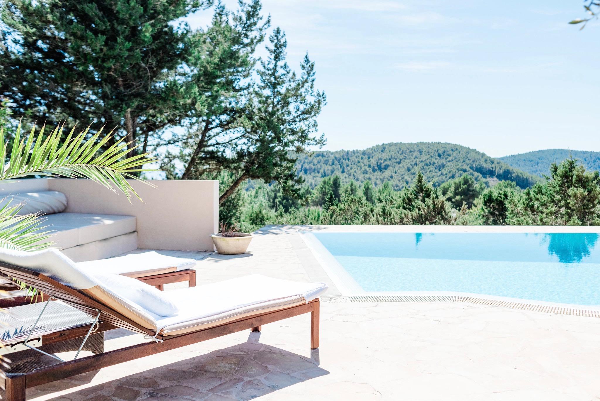 https://www.white-ibiza.com/wp-content/uploads/2020/06/white-ibiza-villas-villa-andrea-exterior-lounger-view2.jpg