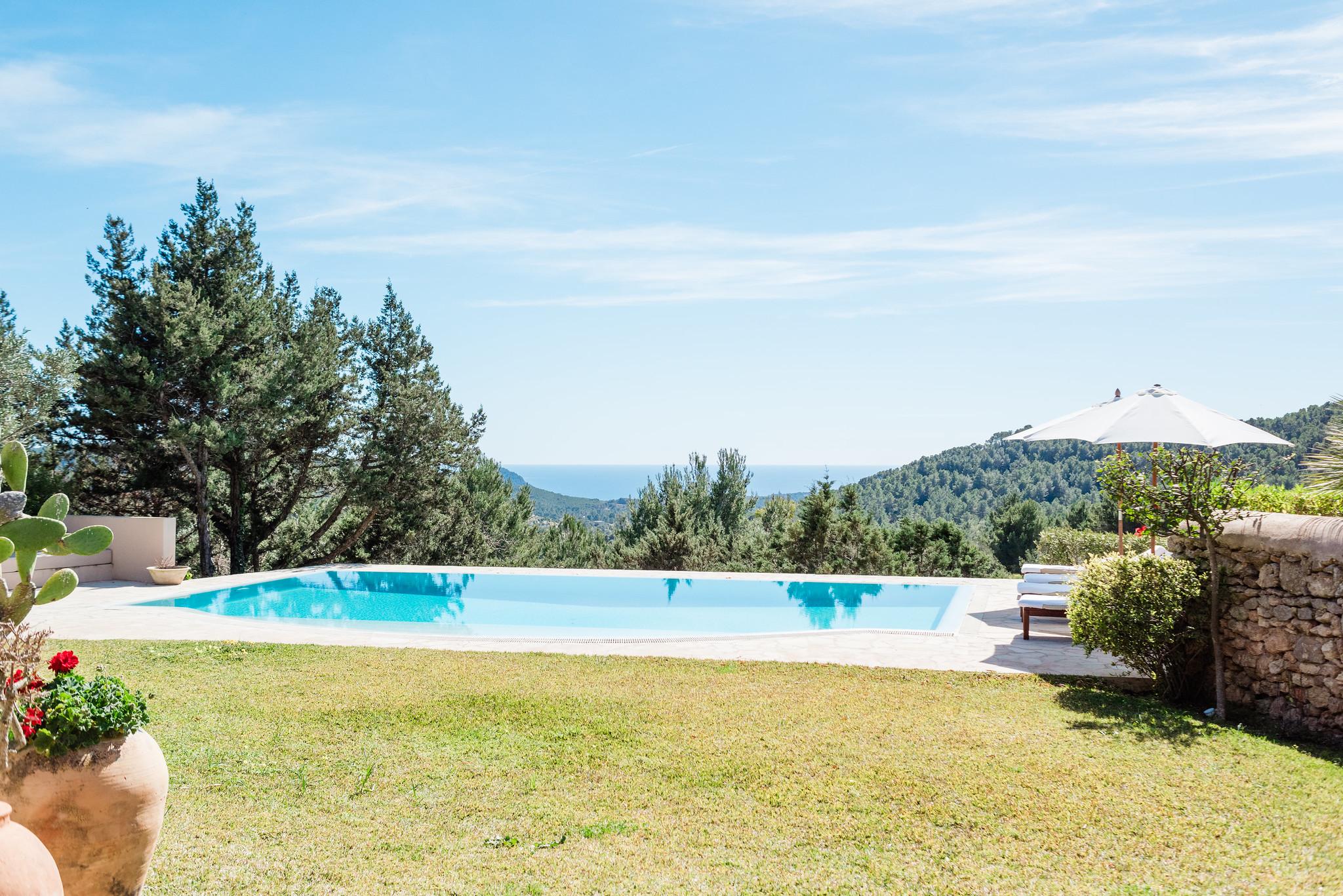 https://www.white-ibiza.com/wp-content/uploads/2020/06/white-ibiza-villas-villa-andrea-exterior-poolview.jpg