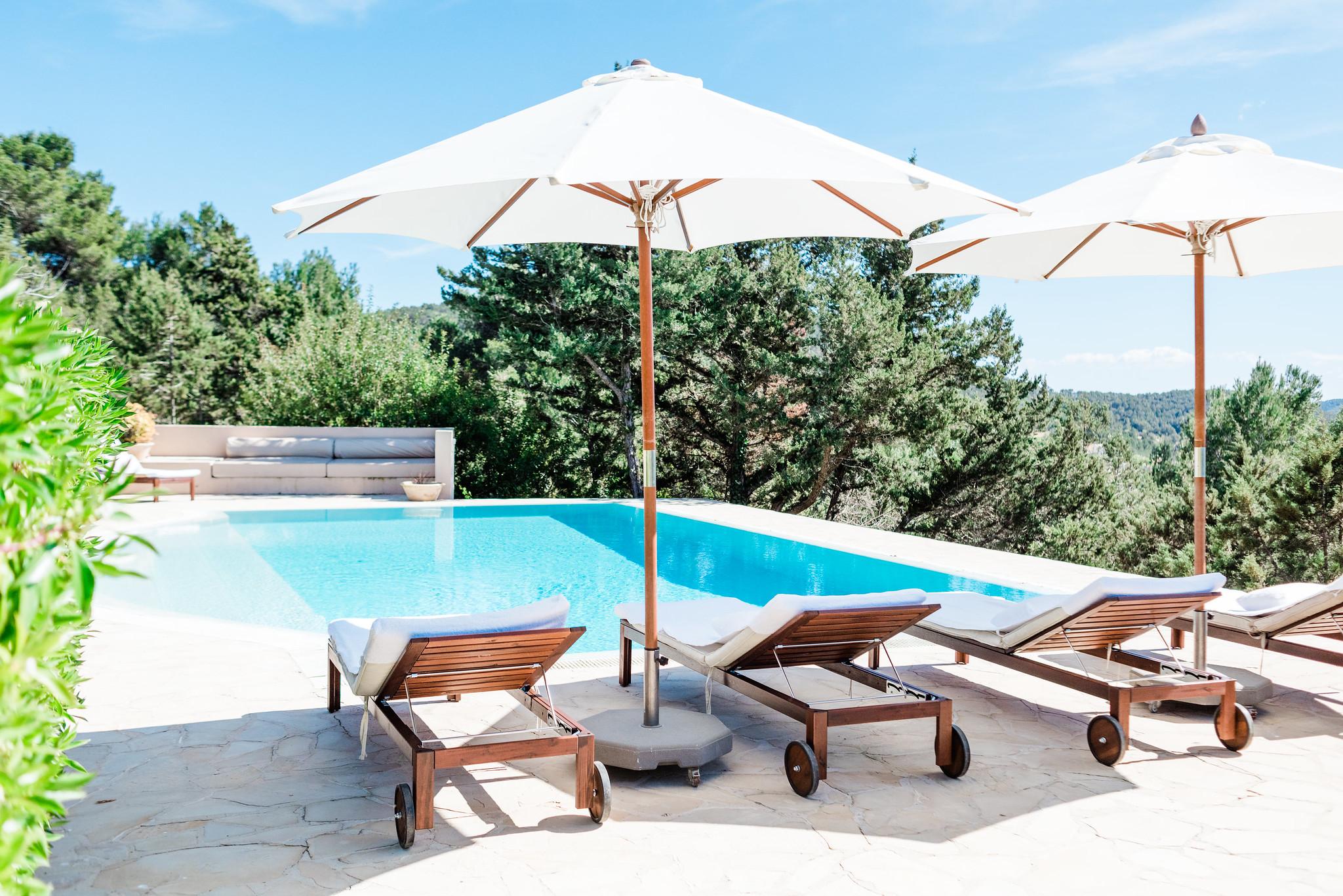 https://www.white-ibiza.com/wp-content/uploads/2020/06/white-ibiza-villas-villa-andrea-exterior-sunloungeres2.jpg