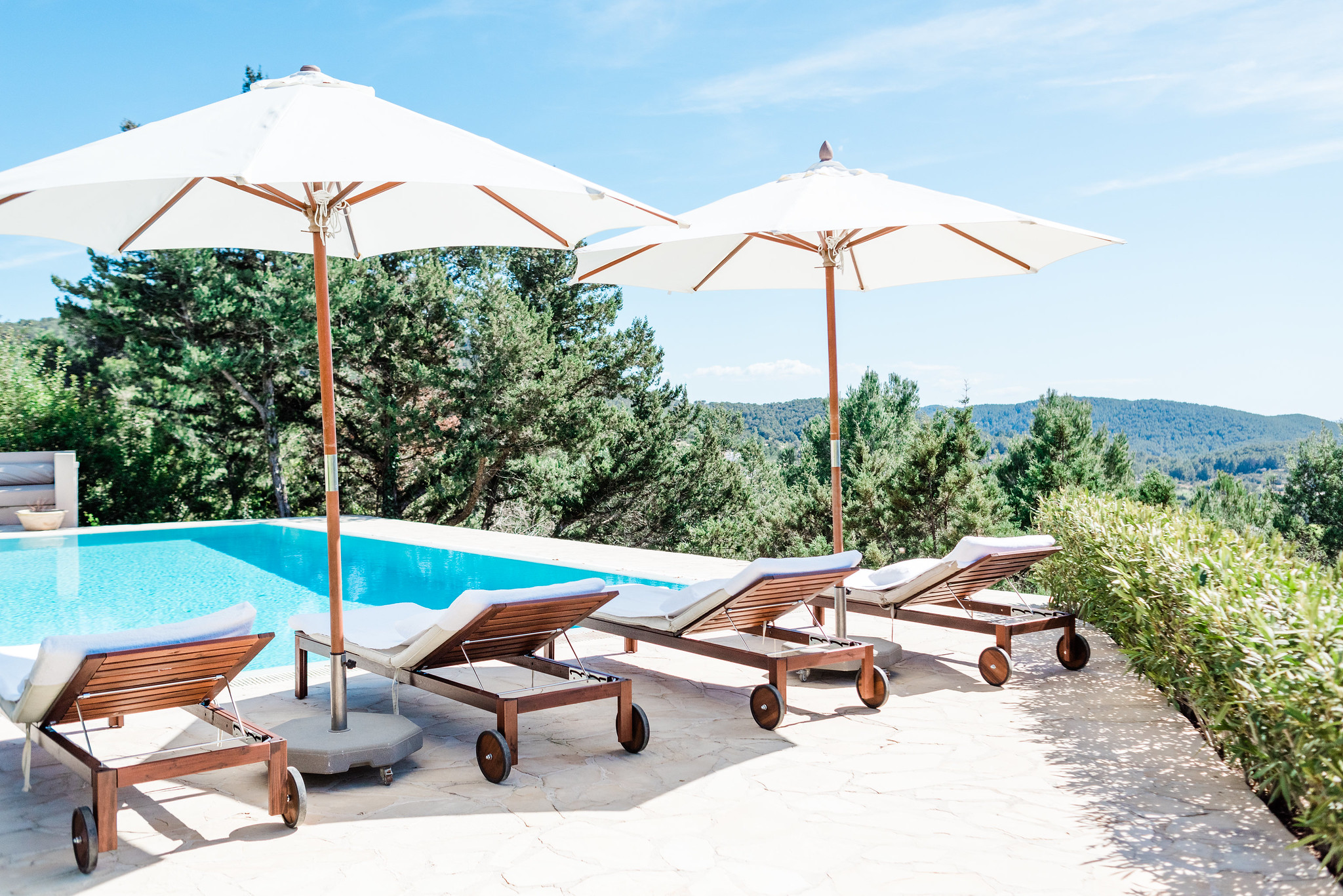 https://www.white-ibiza.com/wp-content/uploads/2020/06/white-ibiza-villas-villa-andrea-exterior-sunloungers3.jpg