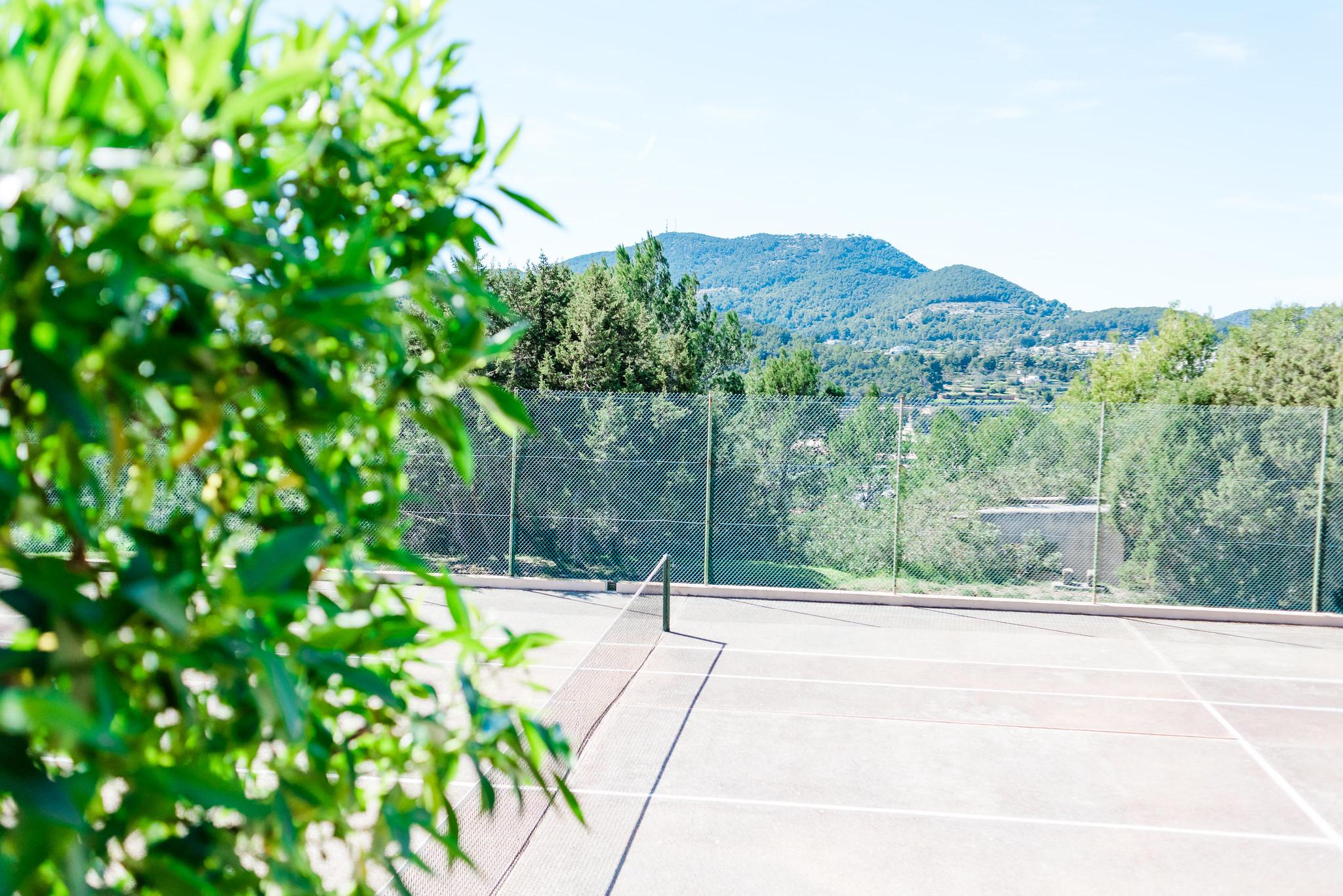 https://www.white-ibiza.com/wp-content/uploads/2020/06/white-ibiza-villas-villa-andrea-exterior-tennis-court.jpg