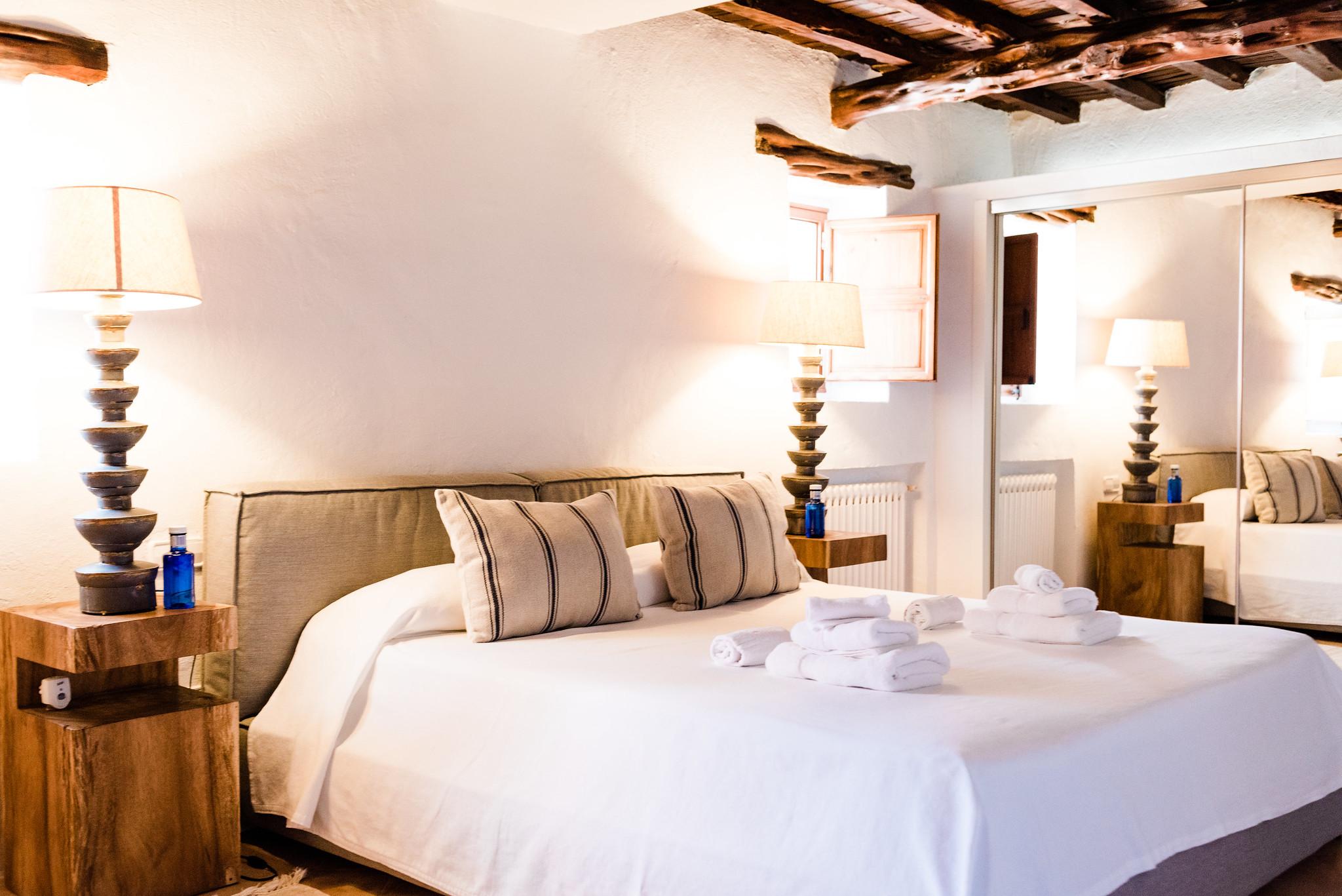 https://www.white-ibiza.com/wp-content/uploads/2020/06/white-ibiza-villas-villa-andrea-interior-bedroom.jpg
