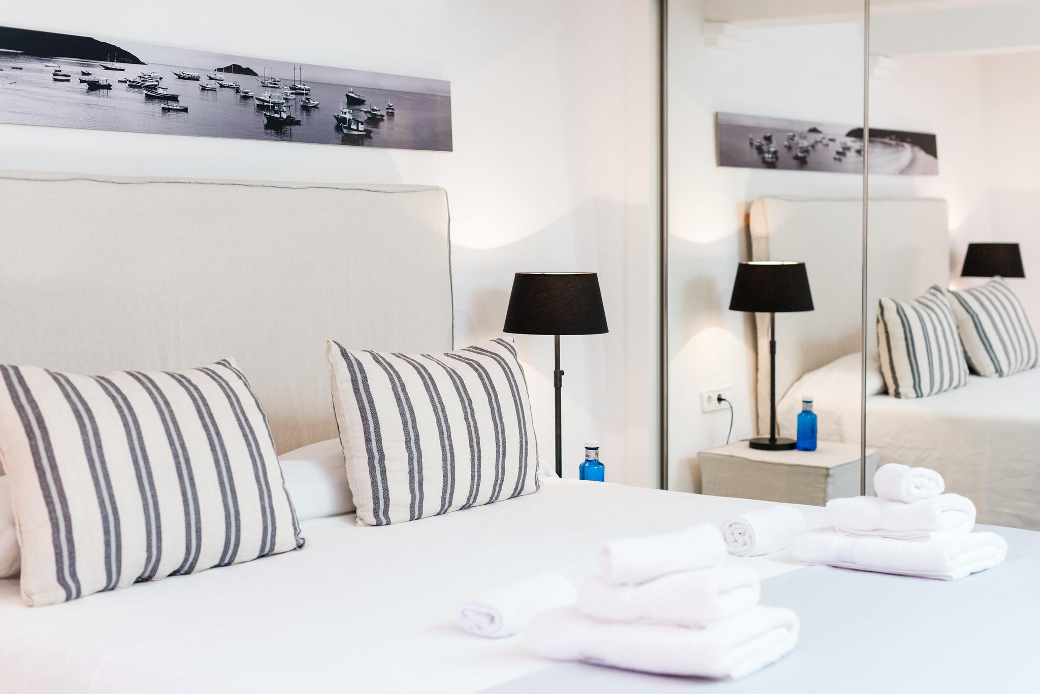 https://www.white-ibiza.com/wp-content/uploads/2020/06/white-ibiza-villas-villa-andrea-interior-bedroom2.jpg
