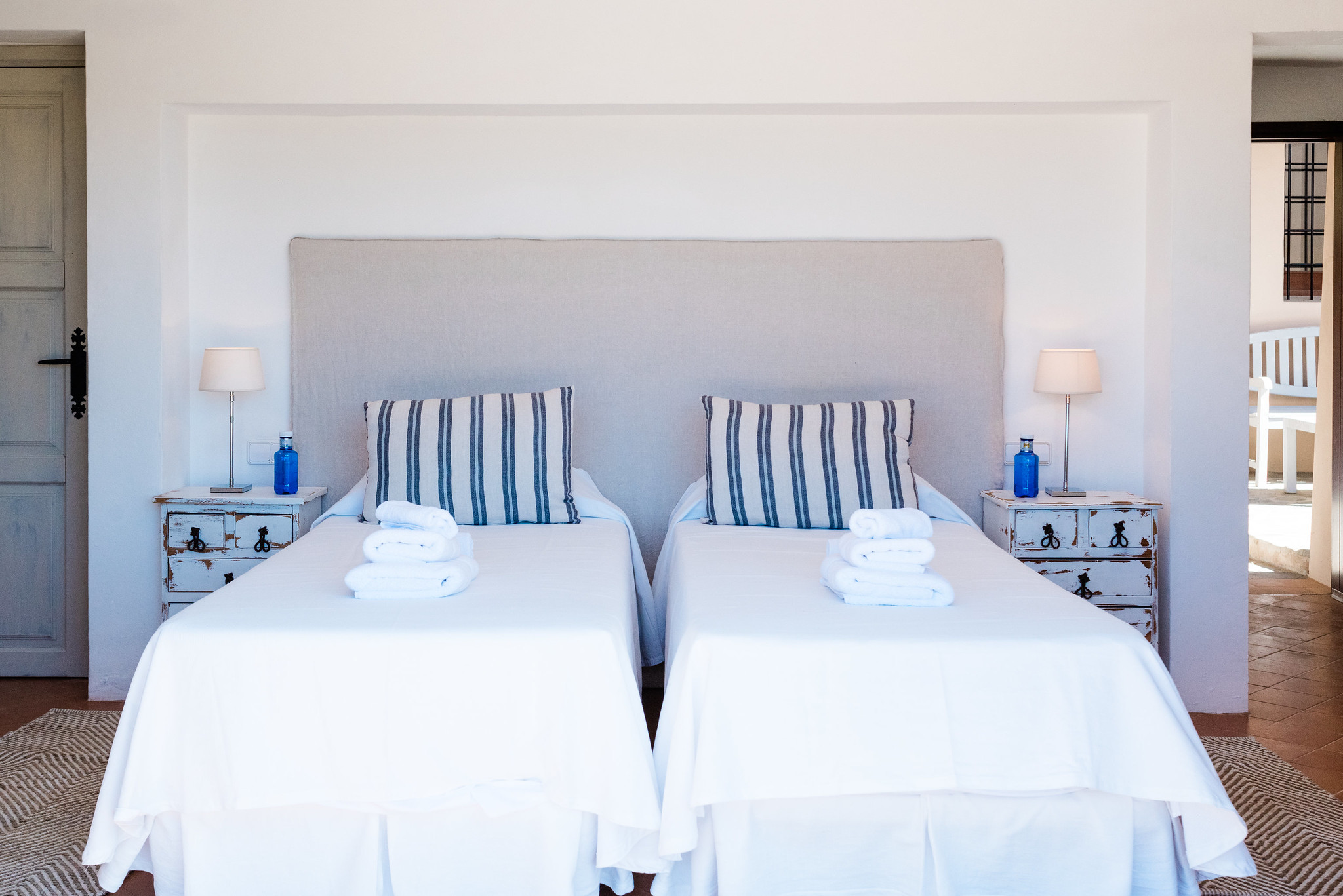 https://www.white-ibiza.com/wp-content/uploads/2020/06/white-ibiza-villas-villa-andrea-interior-bedroom4.jpg