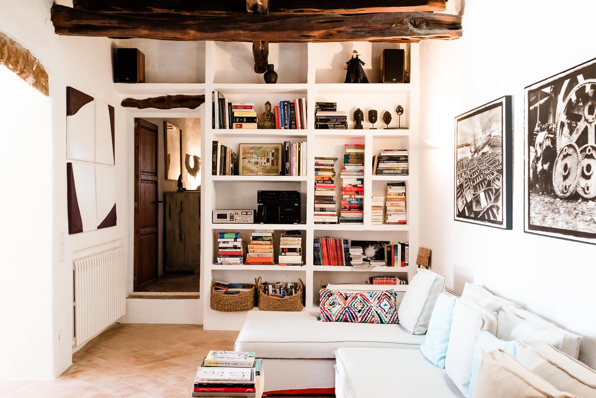 https://www.white-ibiza.com/wp-content/uploads/2020/06/white-ibiza-villas-villa-andrea-interior-bookshelf.jpg