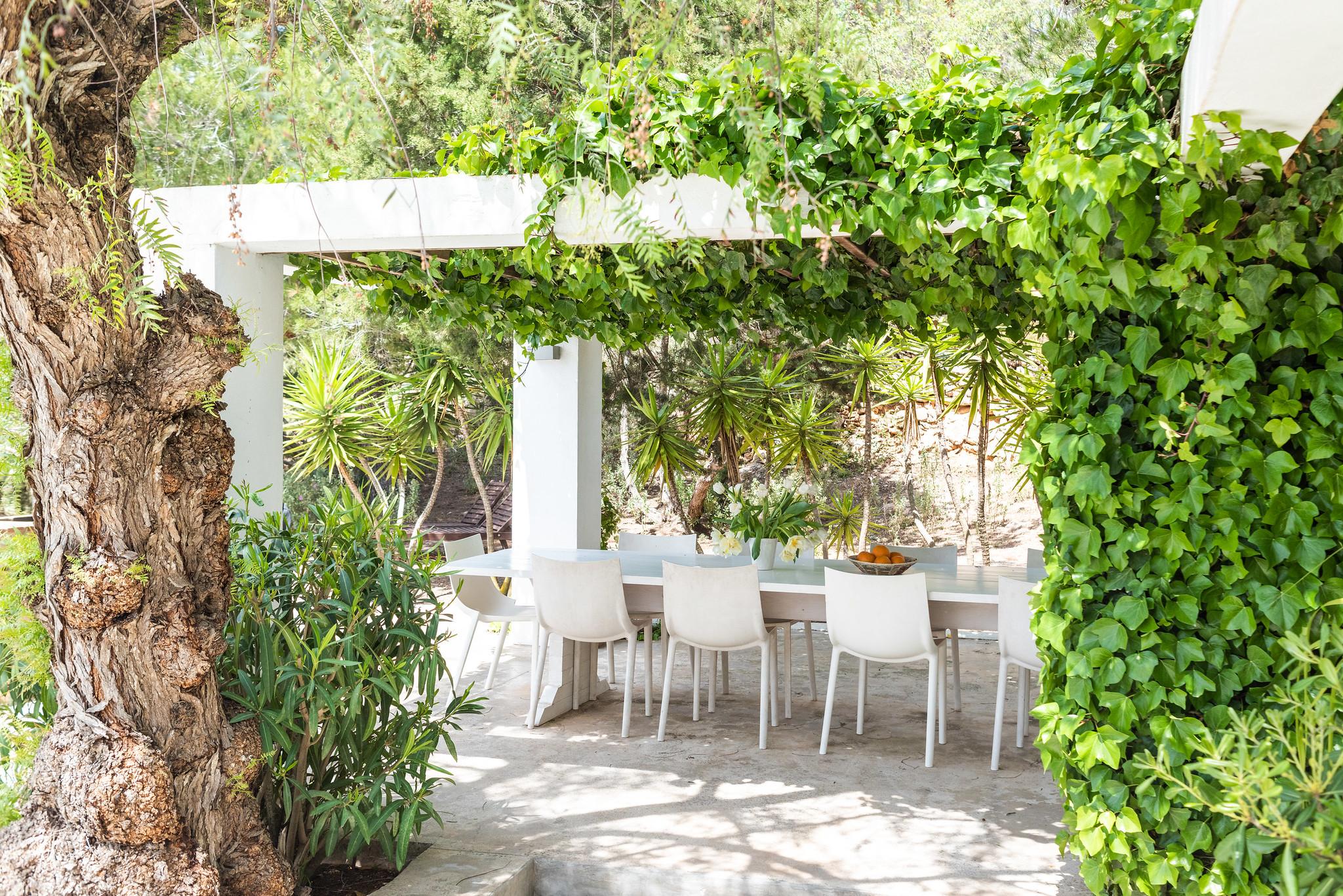 https://www.white-ibiza.com/wp-content/uploads/2020/06/white-ibiza-villas-villa-azul-exterior-dining2.jpg