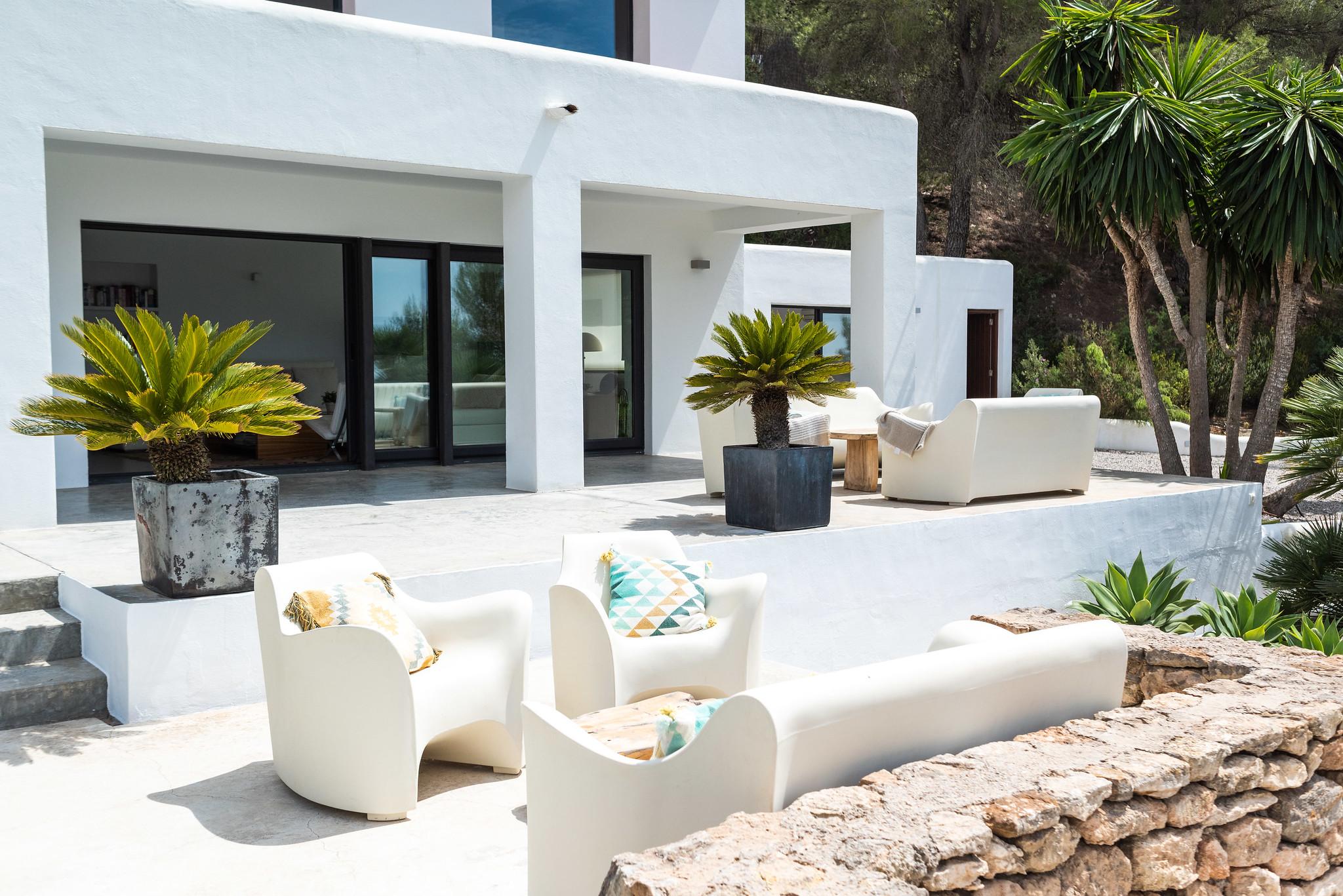 https://www.white-ibiza.com/wp-content/uploads/2020/06/white-ibiza-villas-villa-azul-exterior-outside-seating.jpg