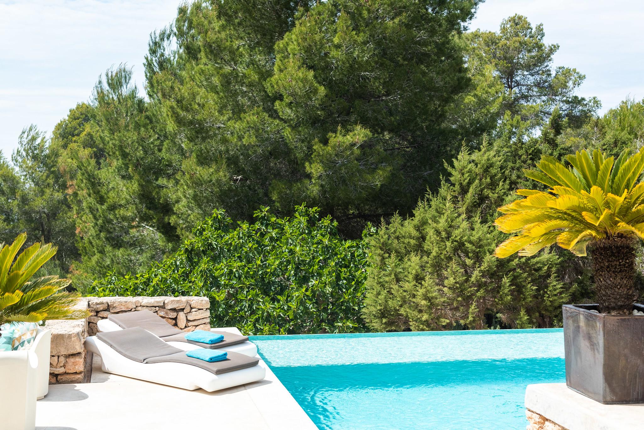 https://www.white-ibiza.com/wp-content/uploads/2020/06/white-ibiza-villas-villa-azul-exterior-pool.jpg