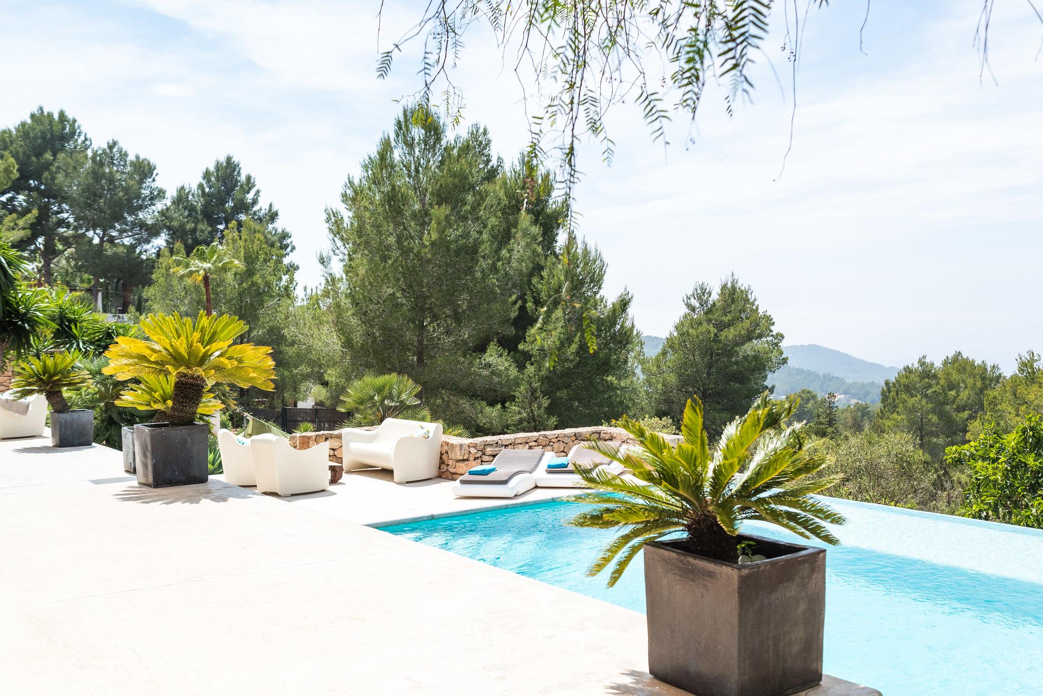 https://www.white-ibiza.com/wp-content/uploads/2020/06/white-ibiza-villas-villa-azul-exterior-pool2.jpg