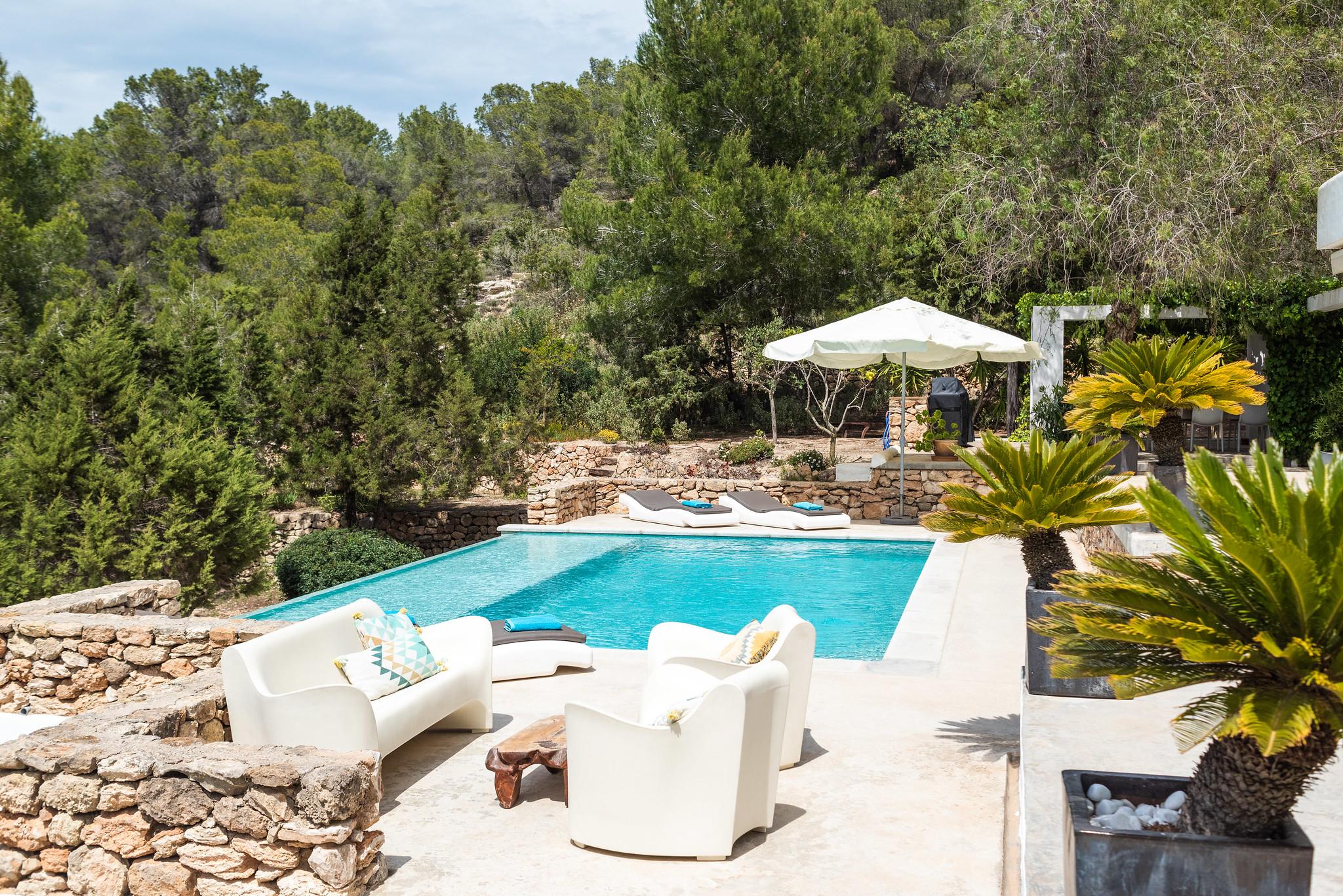 https://www.white-ibiza.com/wp-content/uploads/2020/06/white-ibiza-villas-villa-azul-exterior-pool3.jpg