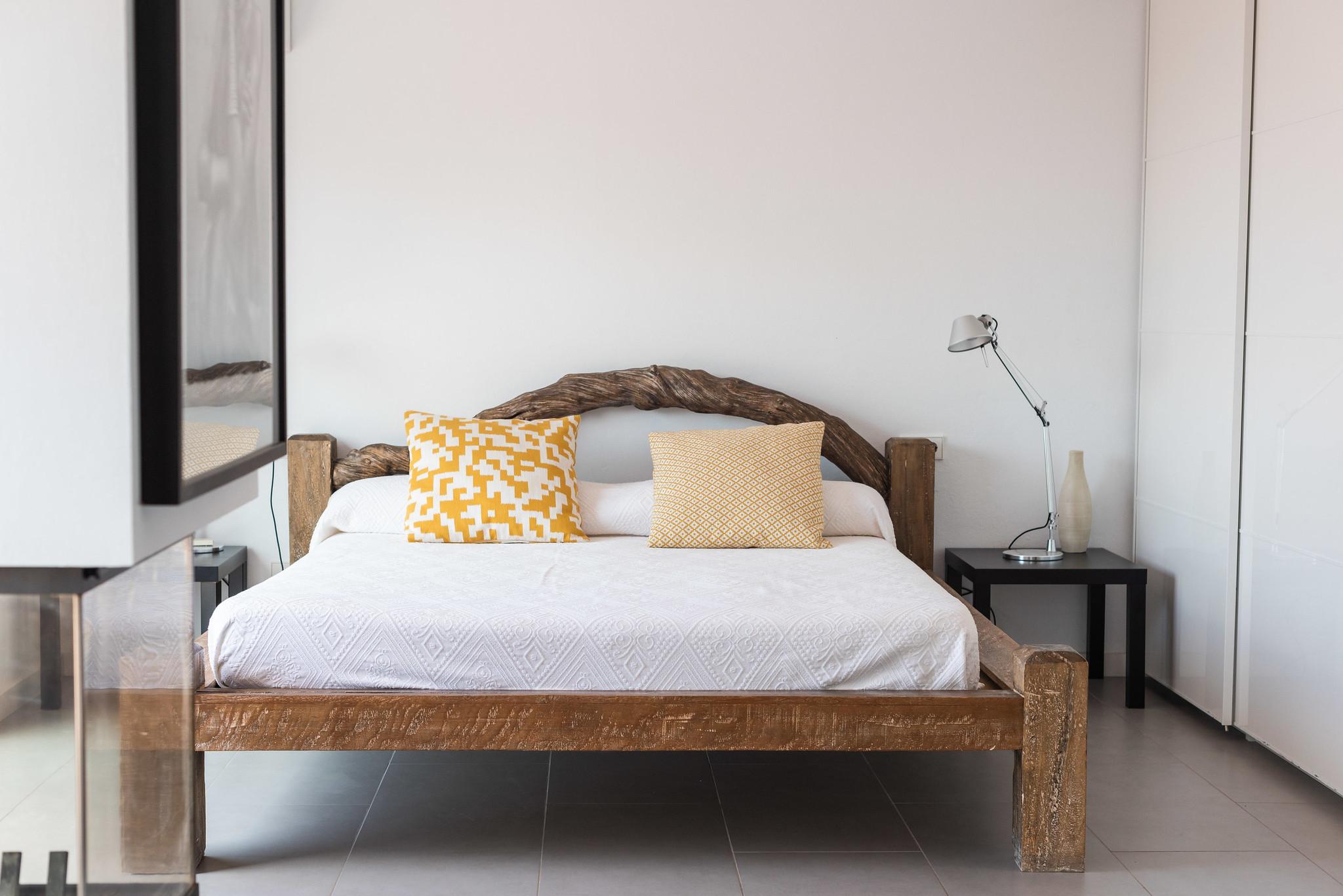 https://www.white-ibiza.com/wp-content/uploads/2020/06/white-ibiza-villas-villa-azul-interior-bedroom2.jpg