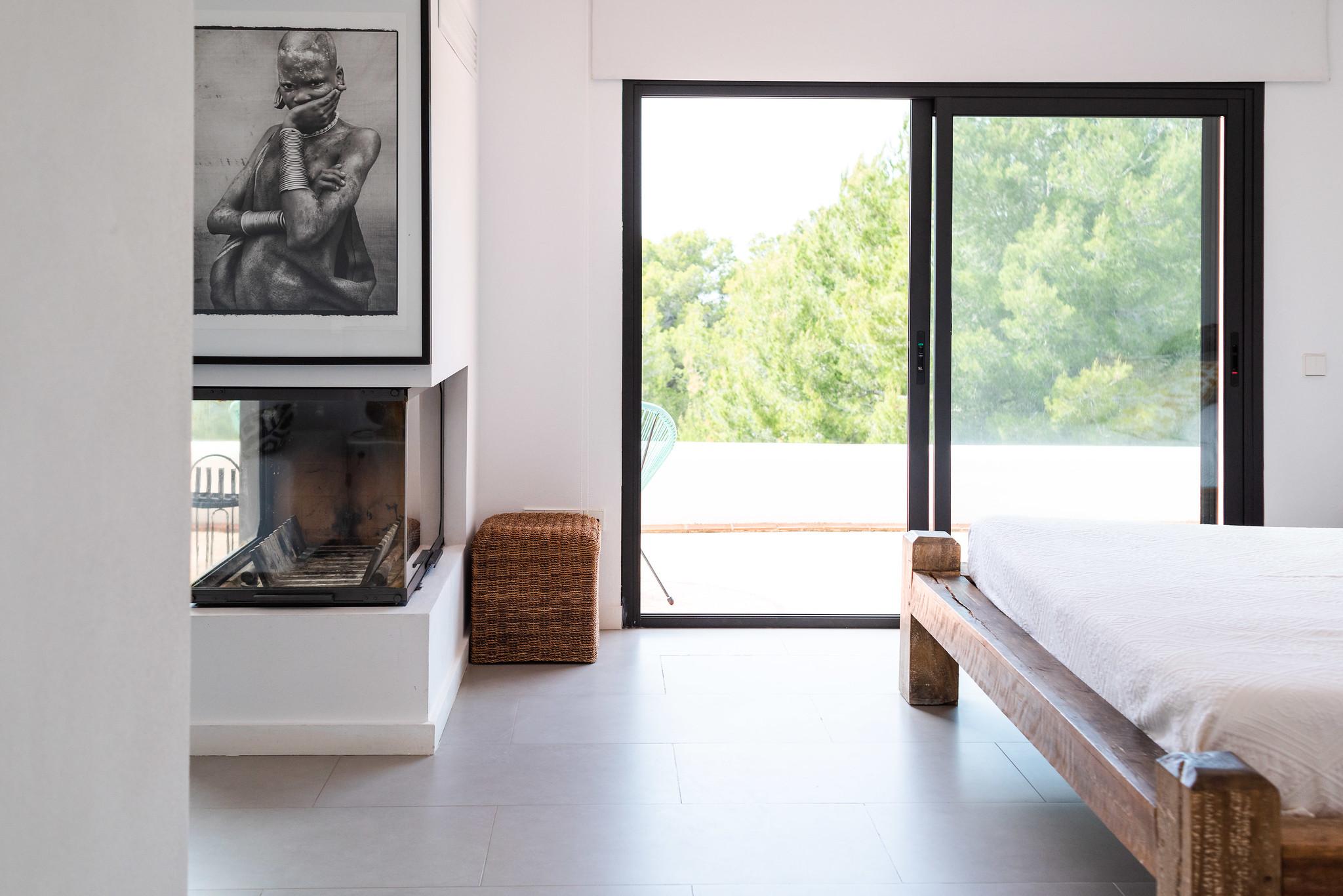 https://www.white-ibiza.com/wp-content/uploads/2020/06/white-ibiza-villas-villa-azul-interior-fireplace.jpg