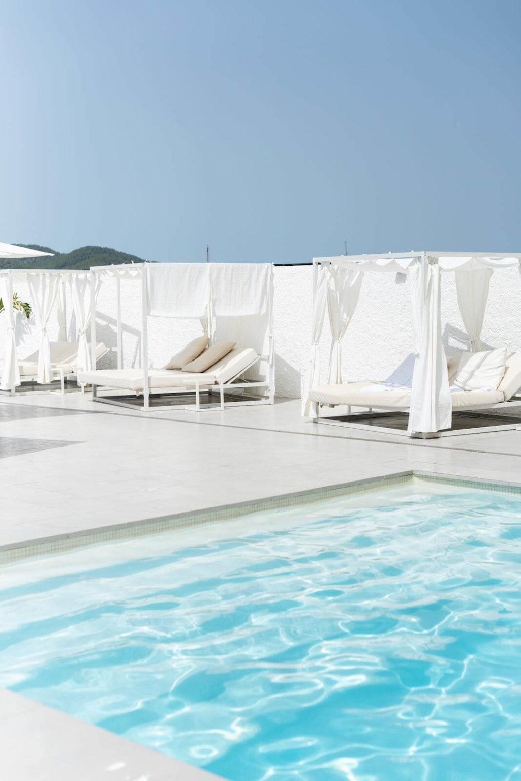 https://www.white-ibiza.com/wp-content/uploads/2020/07/white-ibiza-restaurants-hawker-beach-club-ibiza-2020-08-1025x1536.jpeg