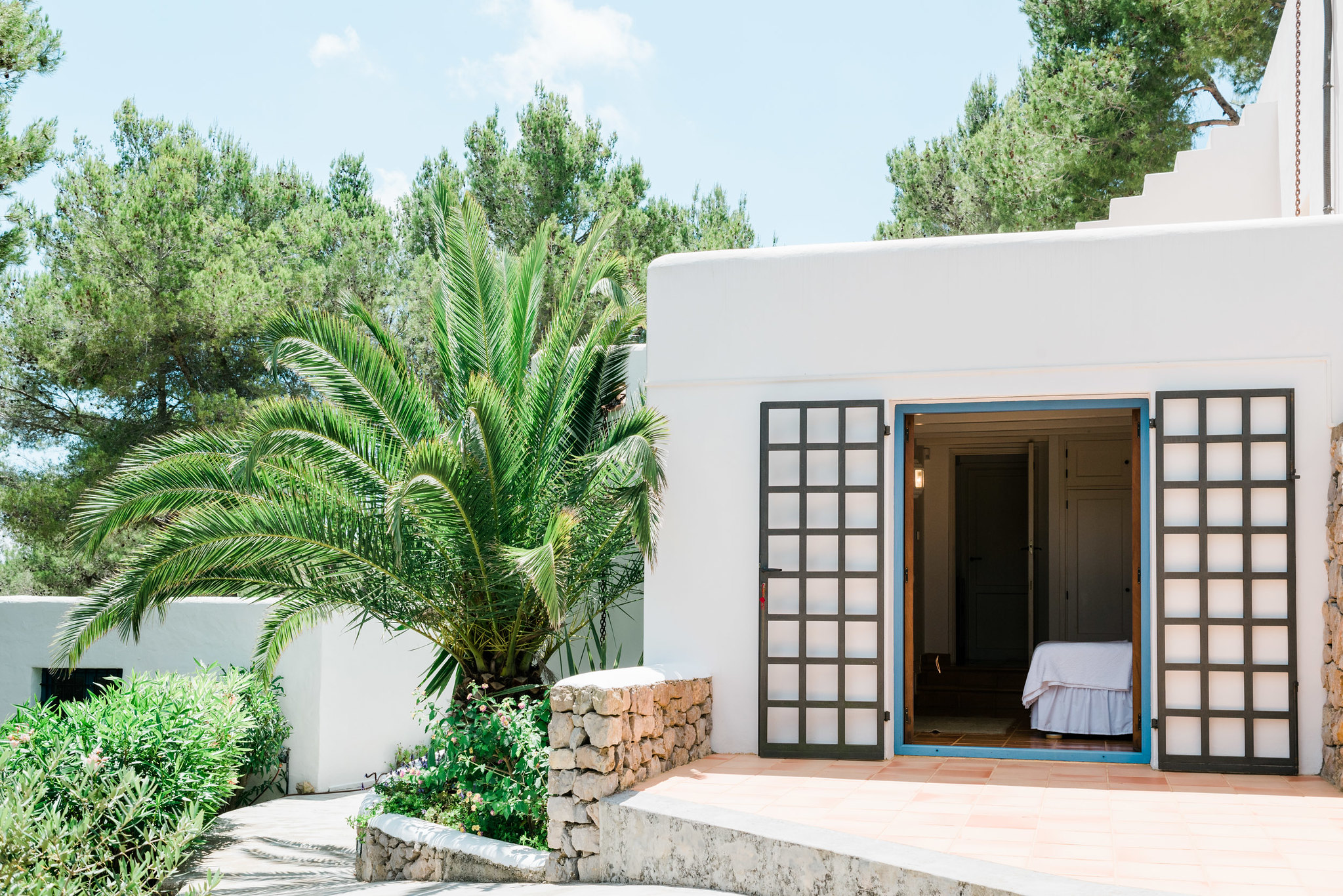 https://www.white-ibiza.com/wp-content/uploads/2020/07/white-ibiza-villas-can-madera-exterior-bedroom-three.jpg