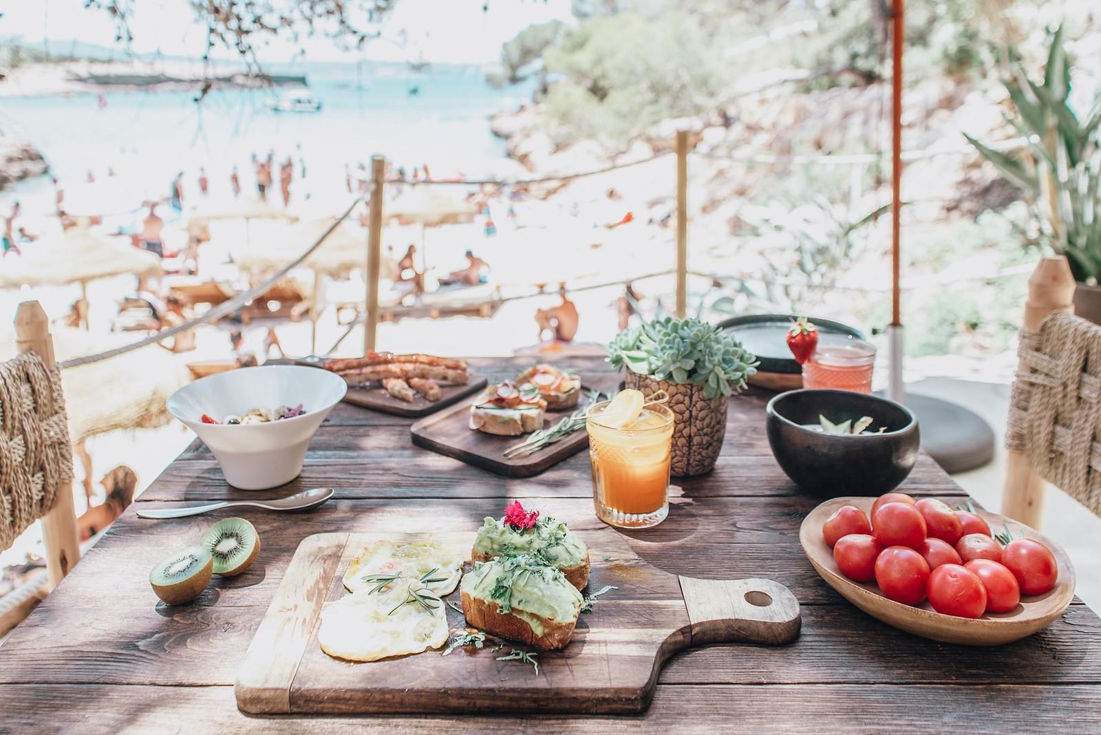 https://www.white-ibiza.com/wp-content/uploads/2020/09/white-ibiza-beach-restaurants-cala-gracioneta-chiringuito-02.jpg