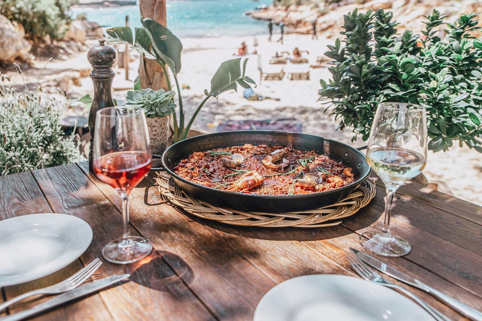 https://www.white-ibiza.com/wp-content/uploads/2020/09/white-ibiza-beach-restaurants-cala-gracioneta-chiringuito-09.jpg