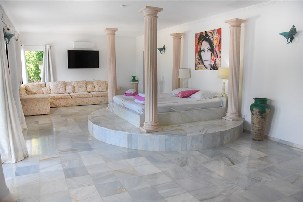 https://www.white-ibiza.com/wp-content/uploads/2021/03/GHLibiza_Gouldheinzlang_property_ibiza__Villa-Ibiza-3004-15-resized.jpg