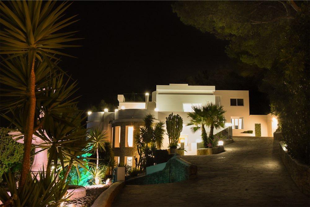 https://www.white-ibiza.com/wp-content/uploads/2021/03/GHLibiza_Gouldheinzlang_property_ibiza__Villa-Ibiza-3004-34-resized.jpg