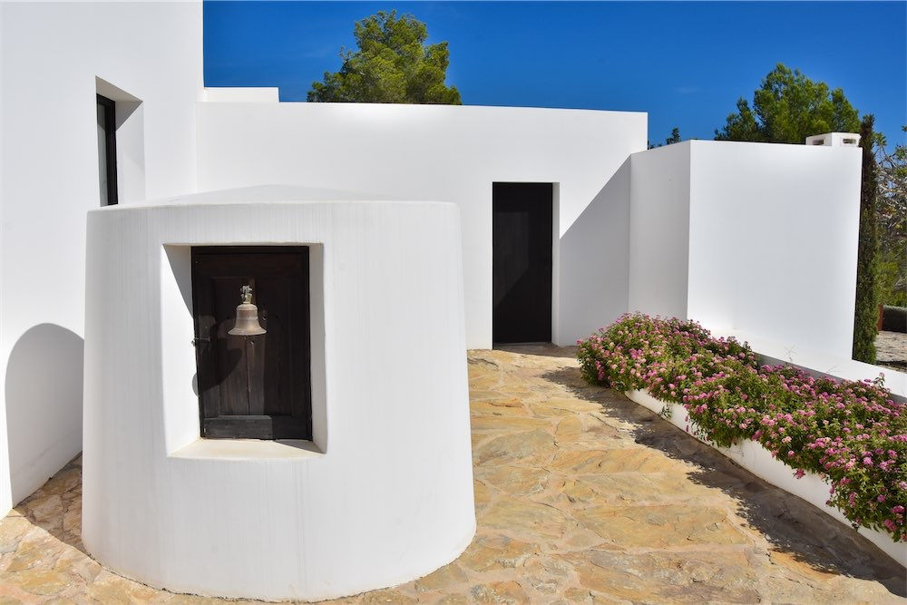 https://www.white-ibiza.com/wp-content/uploads/2021/03/GHLibiza_Gouldheinzlang_property_ibiza__Villa-Ibiza-Ibiza-3639-resized.jpg